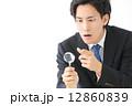 虫眼鏡・男性ビジネスマン 12860839