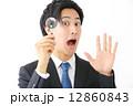 虫眼鏡・男性ビジネスマン 12860843