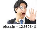 虫眼鏡・男性ビジネスマン 12860848