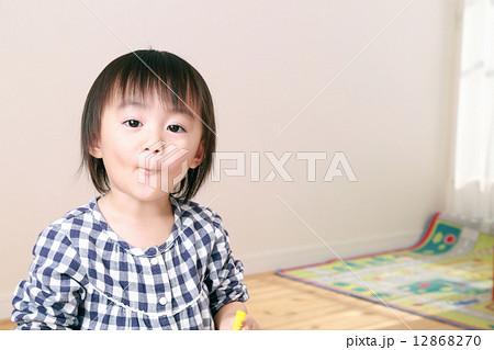 かわいい2歳の女の子 12868270