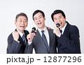 カラオケ 男性 ビジネスマンの写真 12877296