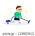 掃除機をかける男の子 12882912