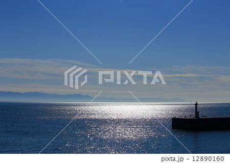 海 水面に反射する日の光 12890160