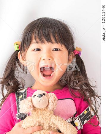 お人形を持った笑顔の女の子 の写真素材 [12911446] - PIXTA