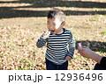 シャボン玉で遊ぶ男の子 12936496