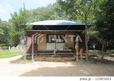 香川県丸亀市飯野山(讃岐富士)山頂の薬師堂 12965605