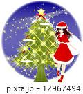 サンタコスチュームの女の子 ツリーと夜空の円形背景 12967494