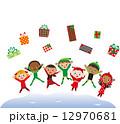 クリスマスプレゼントとジャンプする子供達 12970681