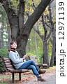 スマートフォン 男性 秋の写真 12971139