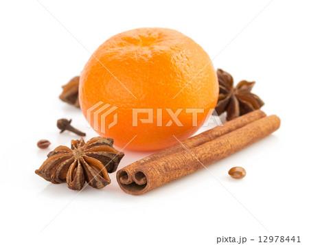 mandarin and spices on whiteの写真素材 [12978441] - PIXTA