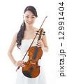 バイオリンを持つ女性 12991404