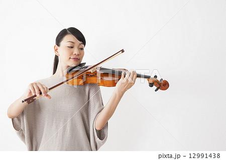 バイオリンを持つ女性 12991438