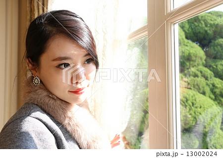 窓から外を眺める美人 13002024