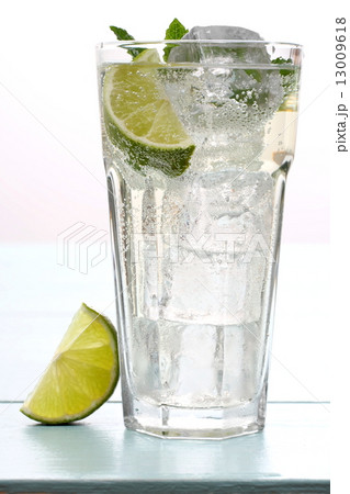 Hugo cocktail with lime, mint and ice cubesの写真素材 [13009618] - PIXTA