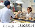 アジア シャツ ウェイトレスの写真 13023514
