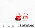 乗り物に乗ったサンタクロースと雪だるまのおもちゃ 13050390