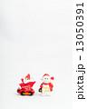 乗り物に乗ったサンタクロースと雪だるまのおもちゃ 13050391