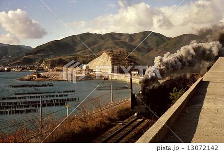 海岸を行くc62の引く客車列車 昭和44年 呉線 13072142