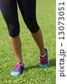 ジョギングをする足元 13073051
