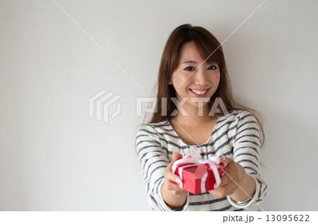 プレゼントを渡す女性 横構図 アップ 13095622