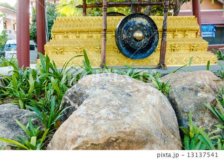 Old gong in thai templeの写真素材 [13137541] - PIXTA