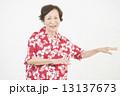 アロハシャツを着たシニア女性 13137673