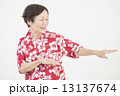 アロハシャツを着たシニア女性 13137674