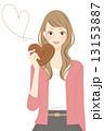 ハート型のチョコを持った女性 笑顔 13153887
