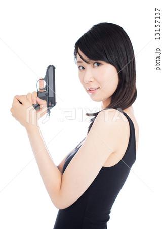 拳銃を構えた女性の写真素材 13157137 Pixta