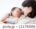 母子 親子 人物の写真 13176088