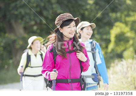 登山をする女性三世代 13197358