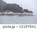 雪景色の伊根の舟屋群と赤い灯台と養殖ブリの筏「国指定重要伝統的建造物群保存地区」 13197641