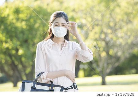 マスクをした女性 13197929