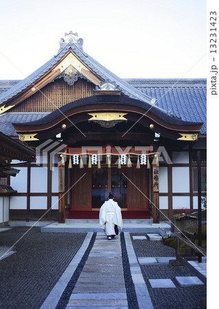 伏見稲荷大社社務所と宮司 13231423