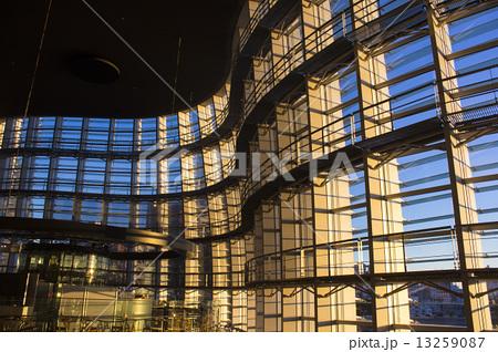 夕陽を浴びる国立新美術館 13259087