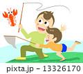 ザリガニ採りをする親子 13326170