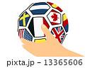サッカーボールを持つ手 13365606