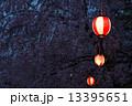 夜のしだれ桜と提灯 13395651