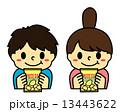 ポテトチップスの袋を持った子供1 13443622