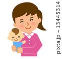 女性赤ちゃん抱っこ 13445314