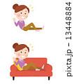ソファーで寛ぐ女性 13448884