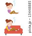 ソファーで寛ぐ女性 13448885