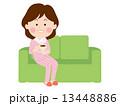 ソファーで寛ぐ女性 13448886
