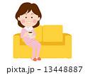 ソファーで寛ぐ女性 13448887
