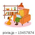 部屋でくつろいでいる女性とペット 13457874