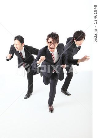 ビジネスマン 走る 景気上昇 イメージ 13461949