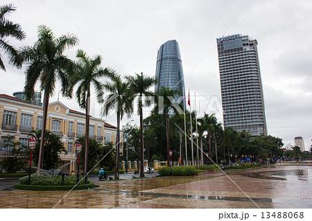 雨上がりのリバーサイドから高層ビルを望む ベトナムダナン 13488068
