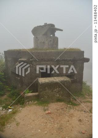 ベトナムダナン ハイバン峠 霧に煙る峠 晴れた日にはここからダナンの町並みを望むことが出来る 13488402