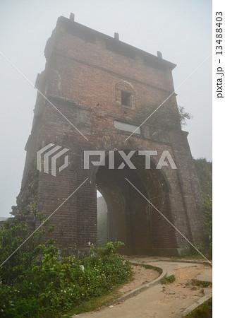 ベトナムダナン ハイバン峠 霧に煙る峠 晴れた日にはここからダナンの町並みを望むことが出来る 13488403