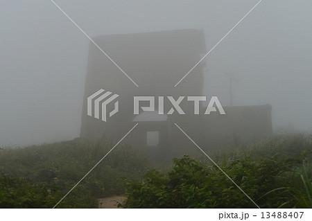 ベトナムダナン ハイバン峠 霧に煙る峠 晴れた日にはここからダナンの町並みを望むことが出来る 13488407